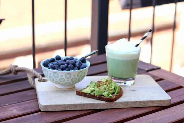 Avocadobrot, Joghurt mit Heidelbeeren, Matcha Latte