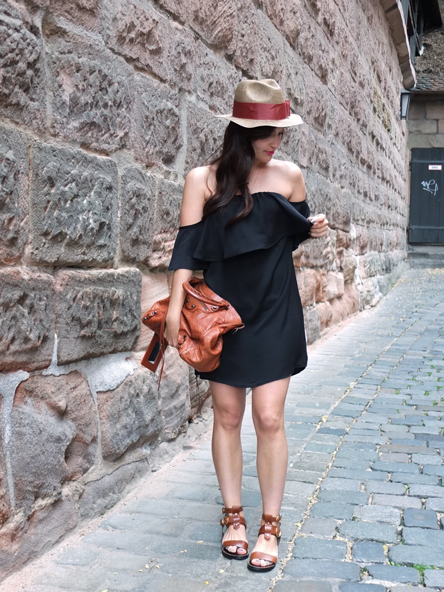 Schwarzes Off Shoulder Kleid, Strohhut, Frisur Locken, Balenciaga Velo Bag, Gladiatoren Sandalen