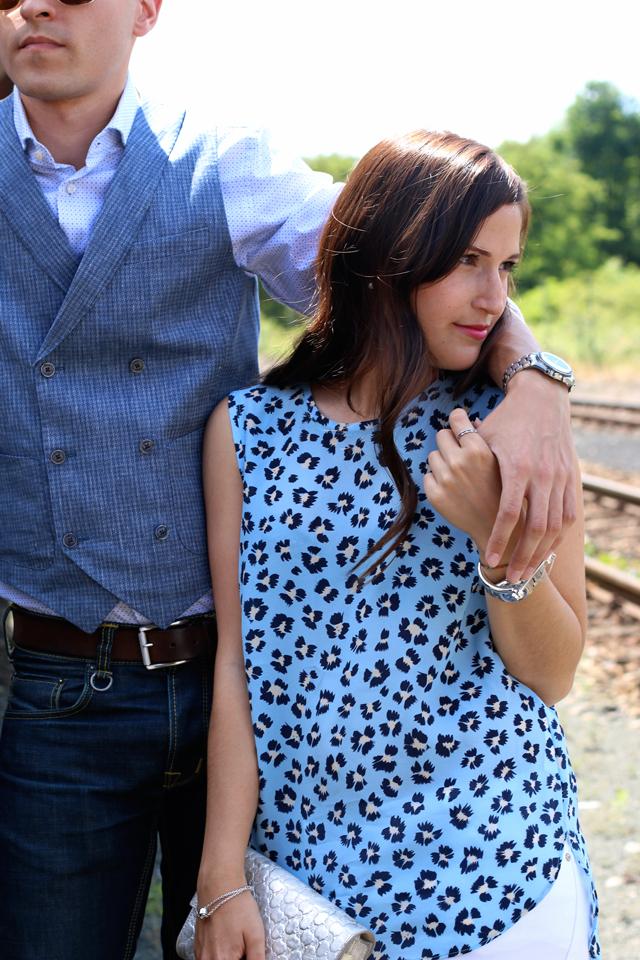 Joop Spring/Summer Kollektion 2015, Blaues Blumenshirt Seidenshirt, silberne Clutch, blaue Anzugsweste, blaues Joop Hemd, Pike Brothers Jeans, Omega Speedmaster Uhr