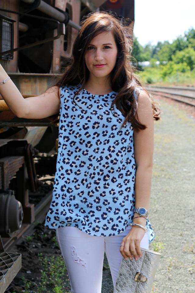 Joop Spring/Summer Kollektion 2015, Blaues Blumenshirt Seidenshirt, Weiße Skinny Jeans, silberne Clutch