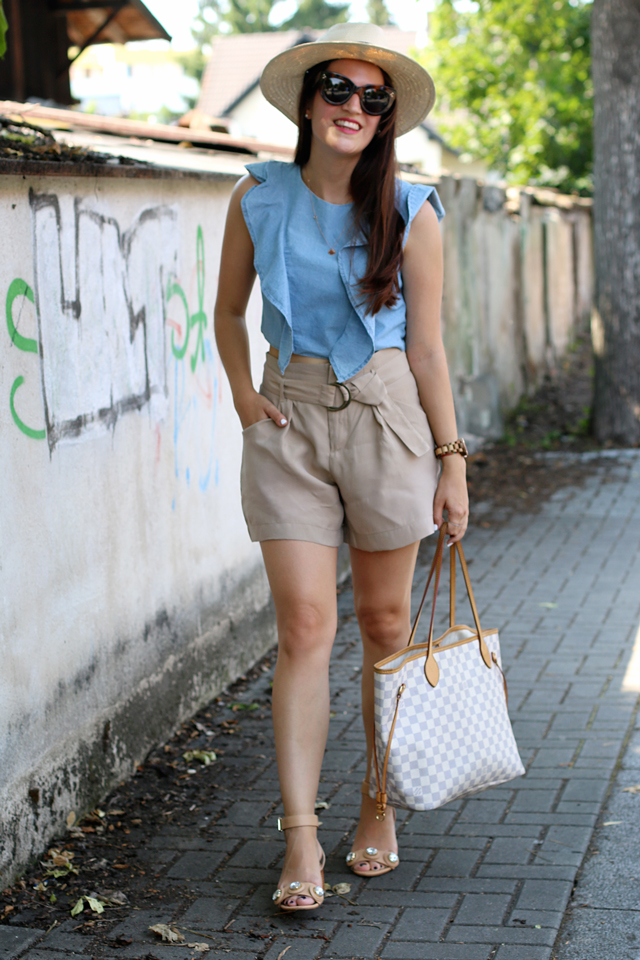 Jeans-Volanttop, blaues Jeanscroptop, braune Shorts, Strohhut, Nudefarbene Sandalen, Louis Vuitton Neverfull, Celine Caty Sonnenbrille