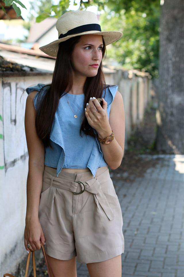 Panamahut, blaues Jeanstop mit Rüschchen, braune Shorts