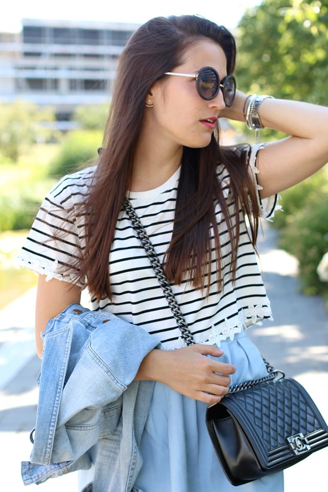 Outfit mit Chanel Boy Bag, Ringelshirt mit weißer Blumenstickerei, Trend runde Sonnenbrille