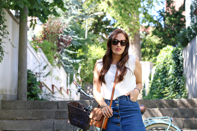 Jeansrock mit Knopfleiste, Jeansminirock, Chloe Faye Lookalike, Outfit mit Vintagefahrrad, Outfit mit Fahrrad, Sommerlook mit Fahrrad, 70er Jahre Look