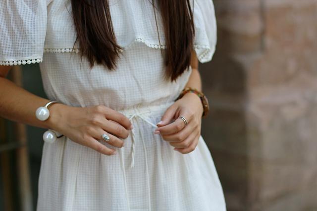 Weißes Hippiekleid, Weißes Carmenkleid, Armband mit zwei großen Perlen