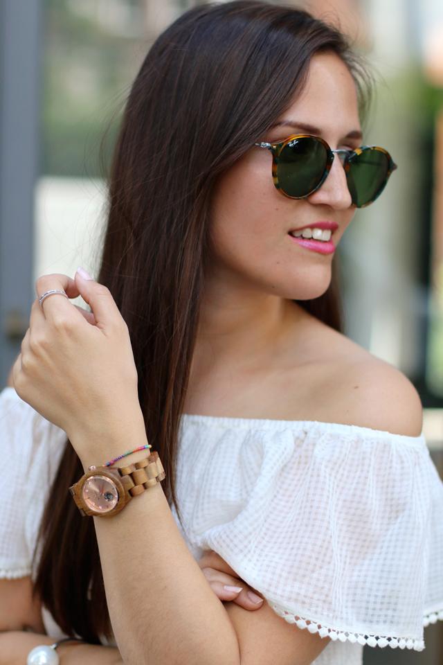Weißes Volantkleid, runde Ray Ban Sonnenbrille, Automatikuhr aus Holz, Holzarmbanduhr