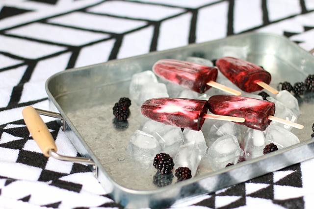 Rezept Eis am Stiel, Brombeer-Joghurt-Eis, Eis am Stiel selbermachen, Brombeereis selbermachen, Eis mit griechischem Joghurt, Früchteeis selber machen, Beereneis selber machen, Beereneis am Stiel