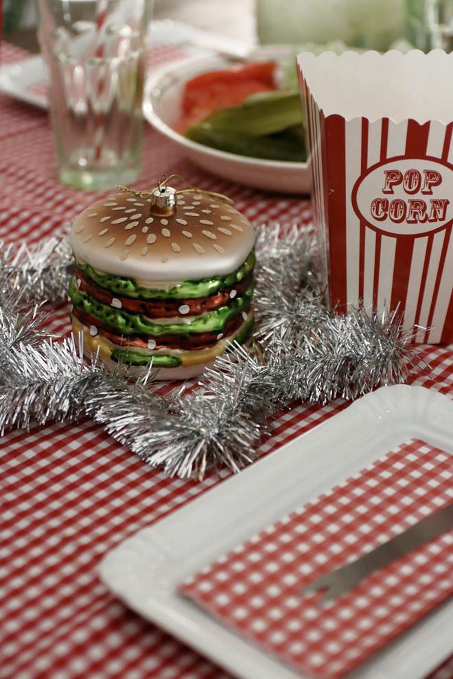 Burgerparty im winterlichen Gewand Burgerweihnachtskugel