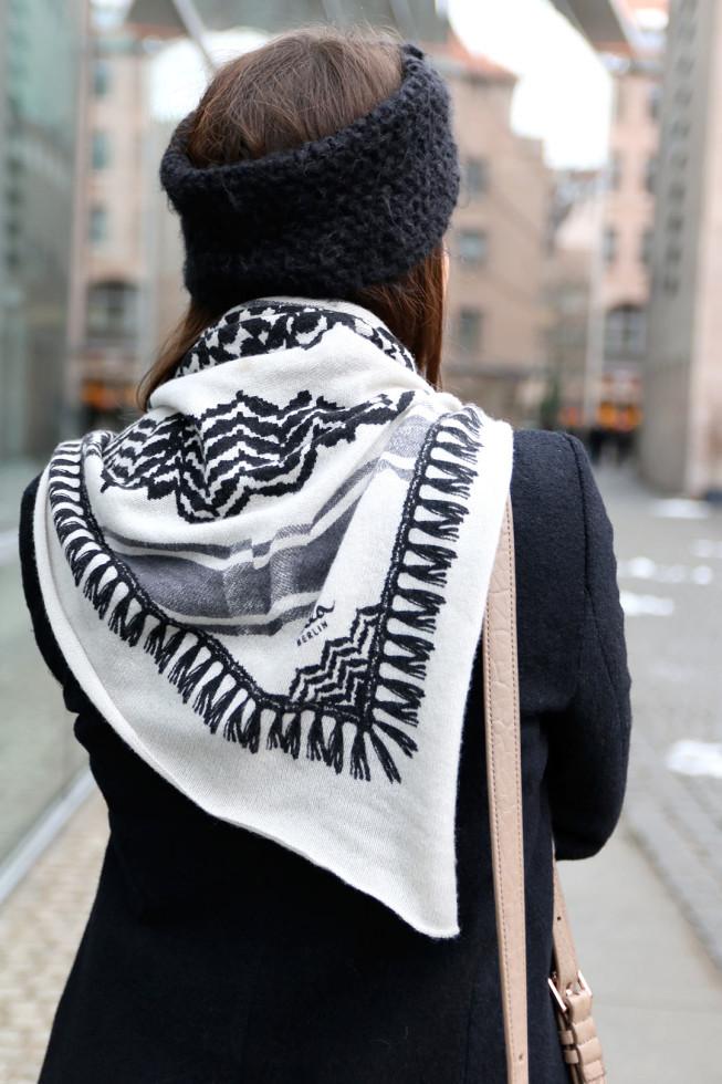 Winteroutfit Lala Berlin Triangle Schal