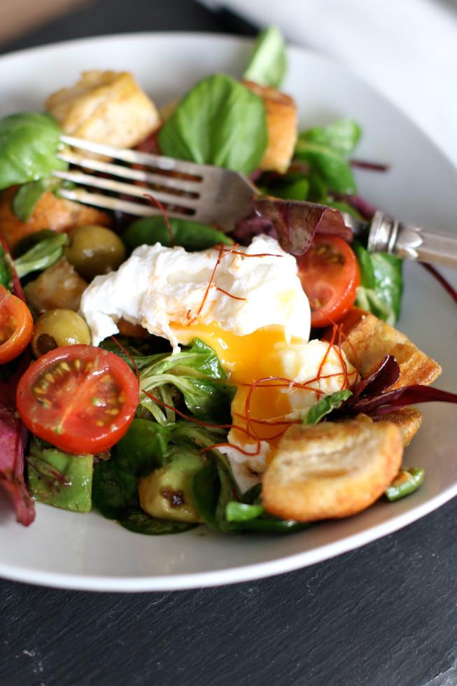 Winterlicher Brotsalat mit pochiertem Ei