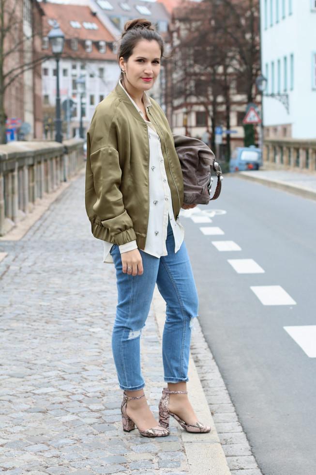 Frühlingsoutfits - Bomberjacke und Granny-Shoes