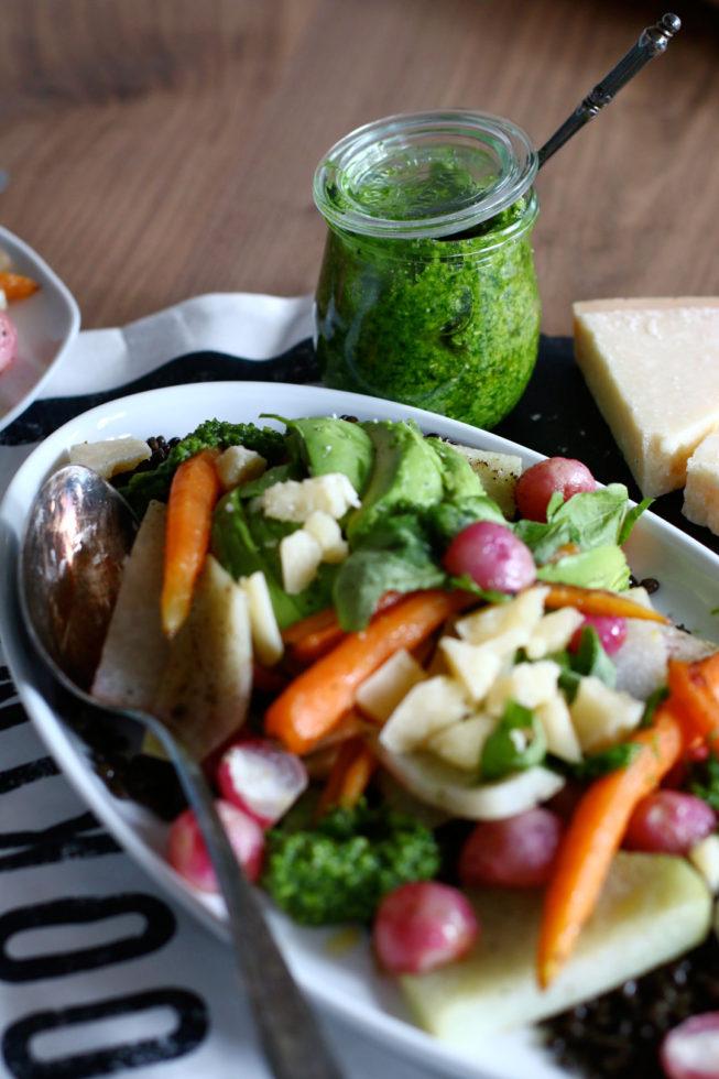 Frühlingshaftes Ofengemüse mit Bärlauch und Linsen