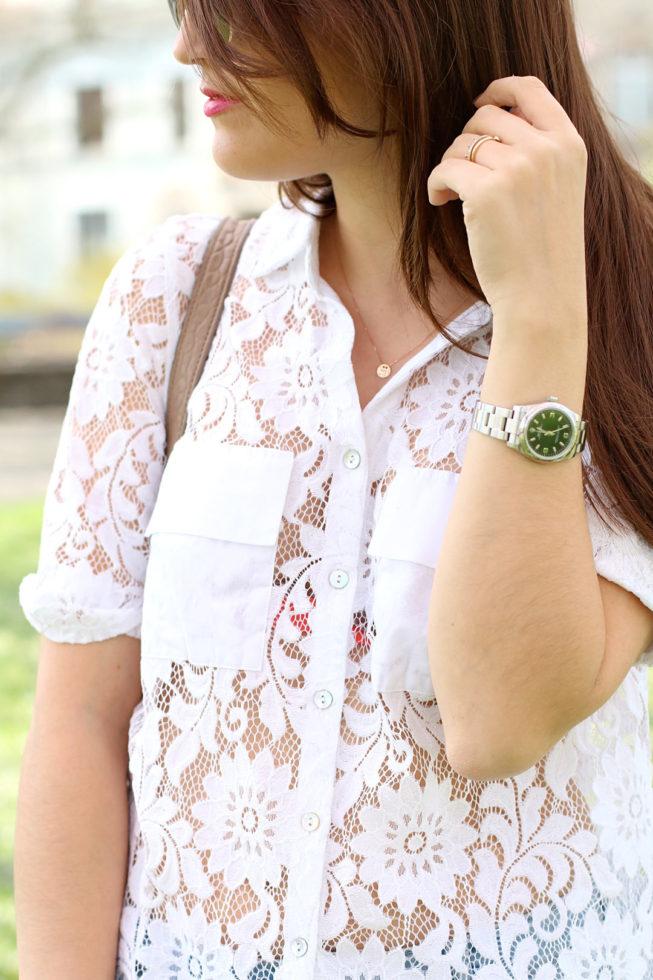 Weiße Spitzenbluse und Wildlederjacke