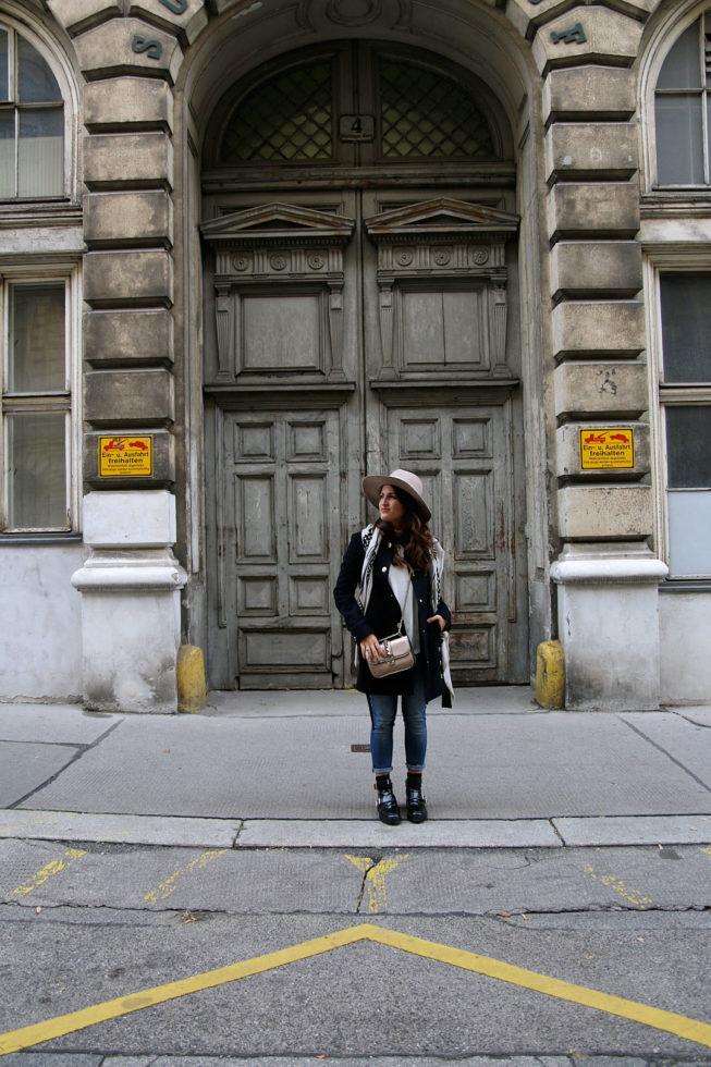 Dunkelblauer Wollmantel von Maje und Kaschmirschal von Lala Berlin