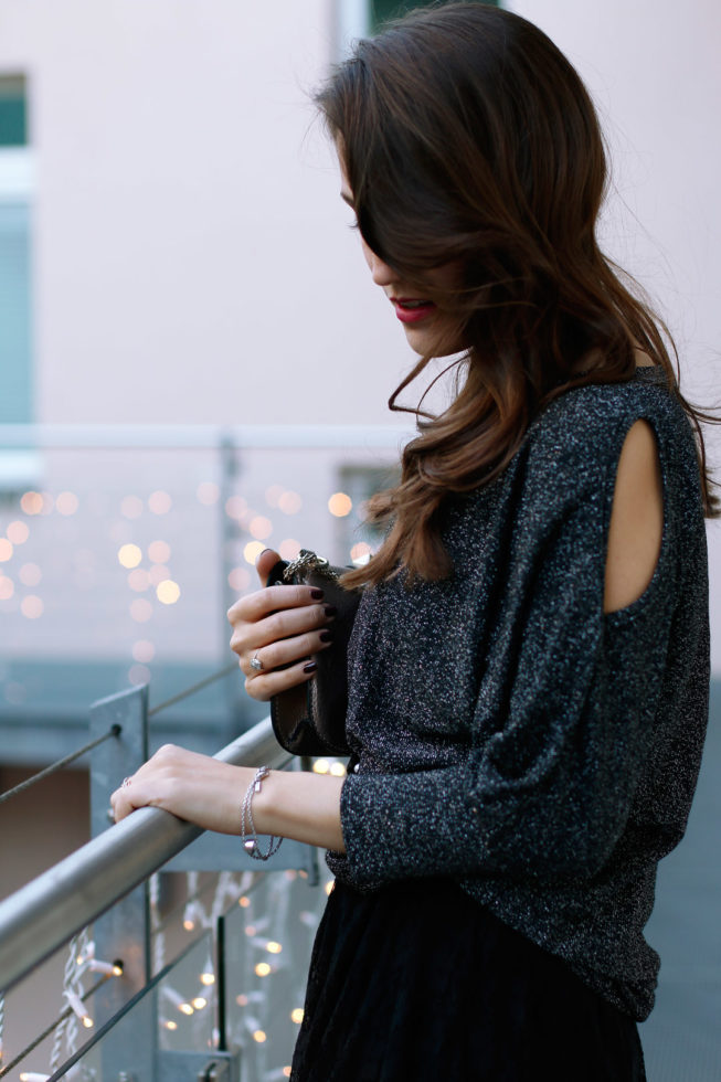 Festlicher Look mit Cold-Shoulder-Pullover, Spitzenkleid und Netzstrumpfhose