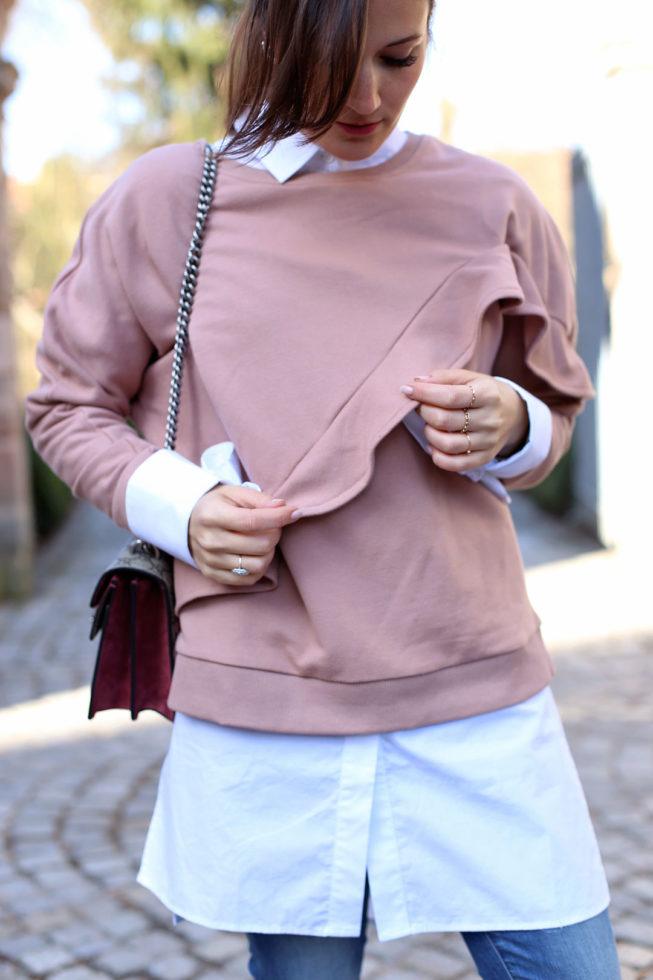 Rosa Volantsweater und weiße Longbluse