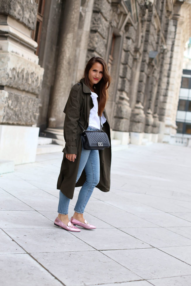 Rosa Metallic Loafer, khaki Trenchcoat und Chanel Boy Bag