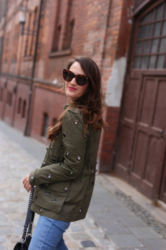 Frühlingslook | Bluse mit Lochspitze, Military Jacke und Chloé Susanna Boots