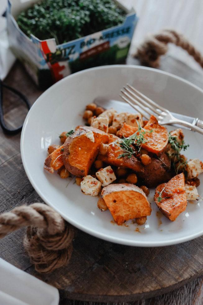 Gesundes Mittagessen: Süßkartoffel Wedges mit Kichererbsen und Feta