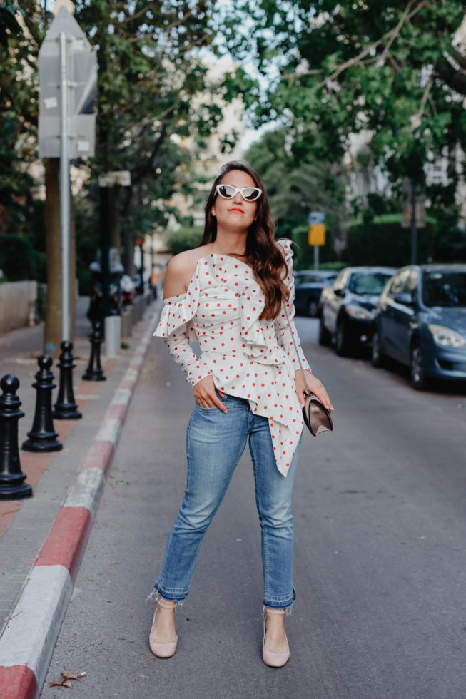 Retro Vibes in Tel Aviv: Polka Dot Bluse und Cat-Eye Sonnenbrille