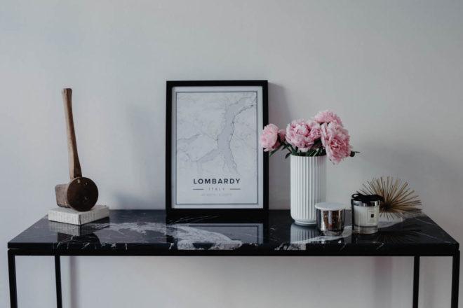 Loft Living: Unser Flur und Deko-Tipps für einen minimalistisch individuellen Eingangsbereich, Konsolentisch mit schwarzer Marmorplatte von MYCS