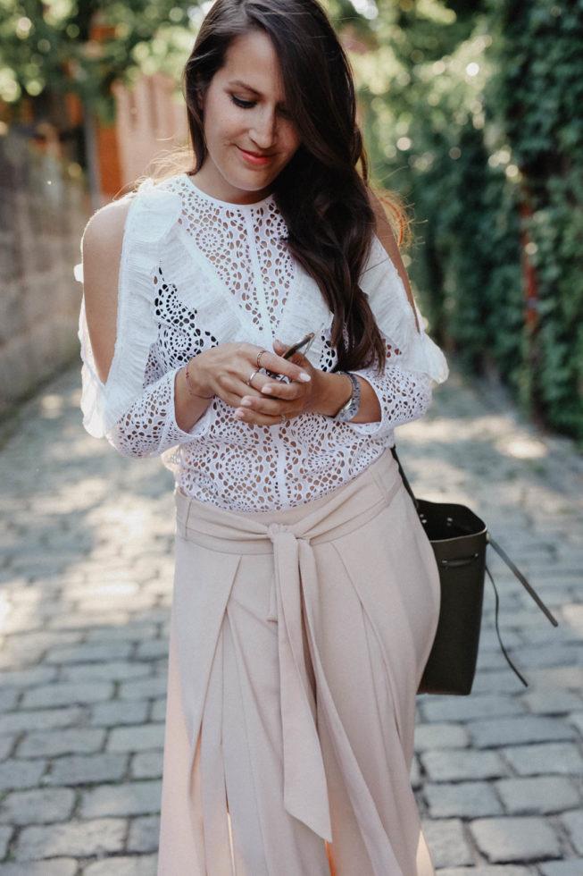 Pastell Sommer Outfit mit Sandro Lochspitzenbluse und Soludos Espadrilles