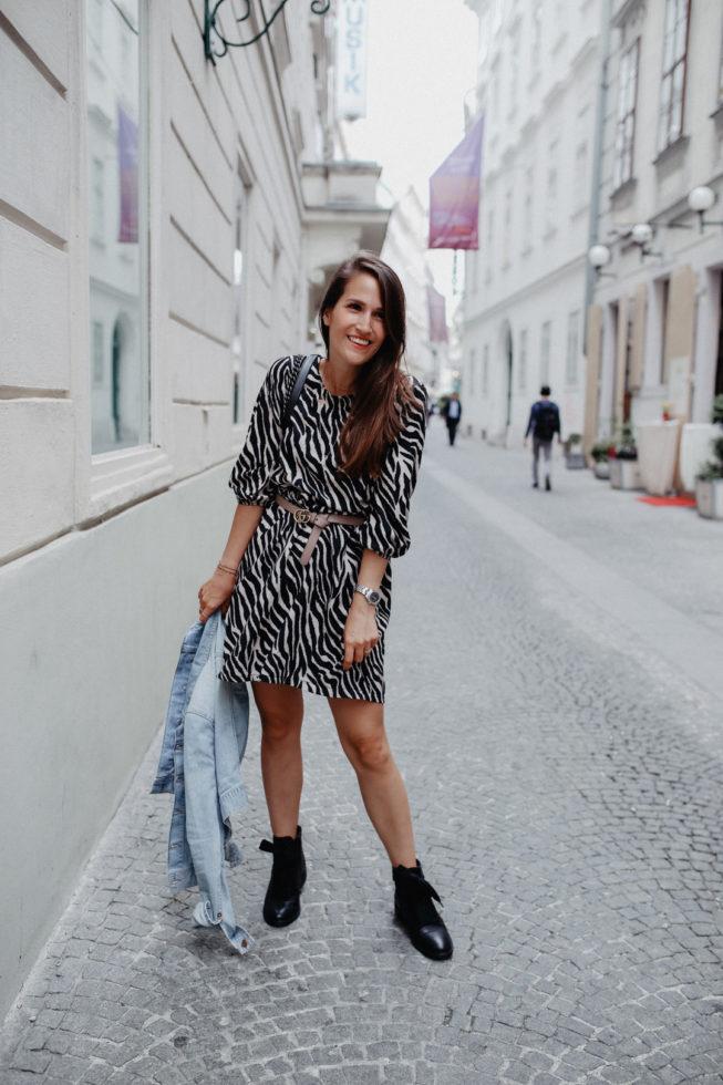 Animal-Print alltagstauglich kombinieren: Kleid mit Zebramuster