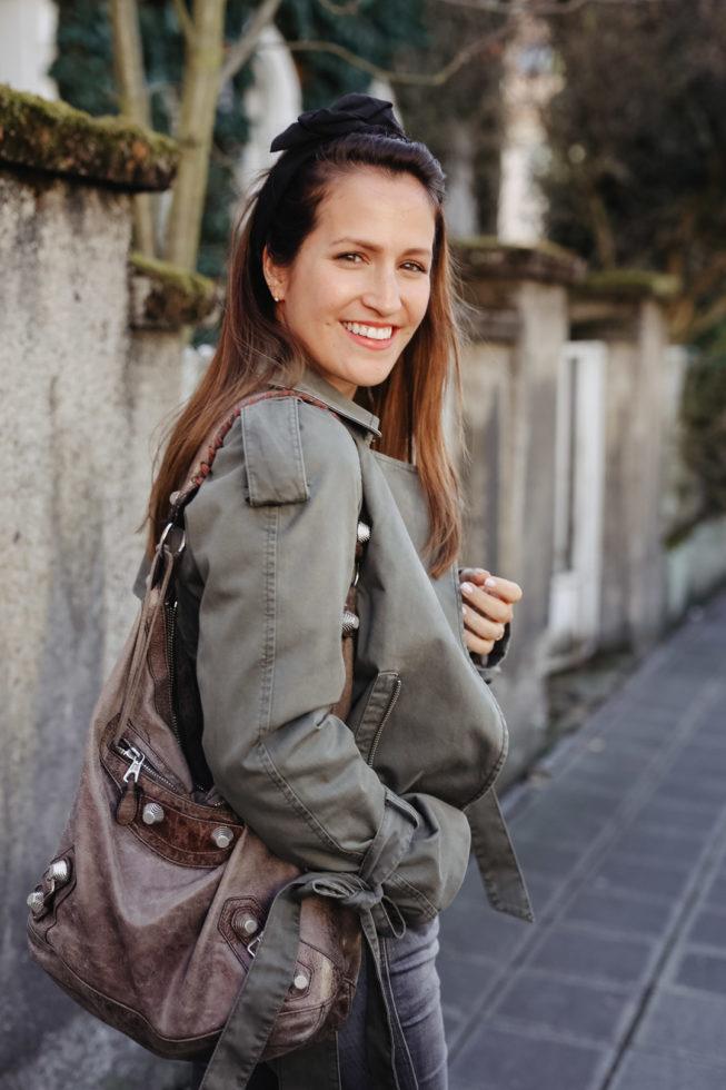 Übergangsoutfit mit Anine Bing Trenchcoat und Haarband