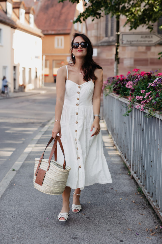 Outfit mit Leinenkleid, Loewe Korbtasche, Blogger Nürnberg, Fashionblog Nürnberg, Pieces of Mariposa, Midikleid mit Knopfleiste, Outfit Nu Pieds