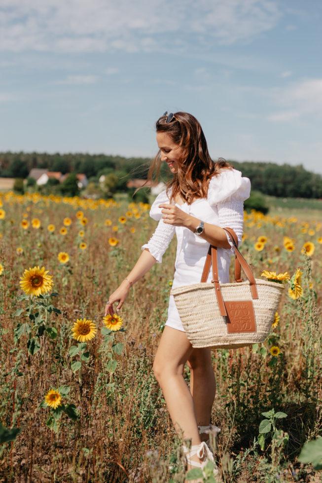 Geflochtene Sommertasche von Loewe und weißes Kleid von Posse