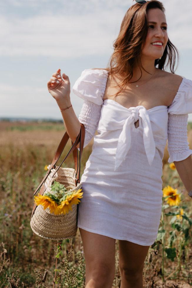 Weißes Kleid mit Puffärmeln, Outfit im Sonnenblumenfeld