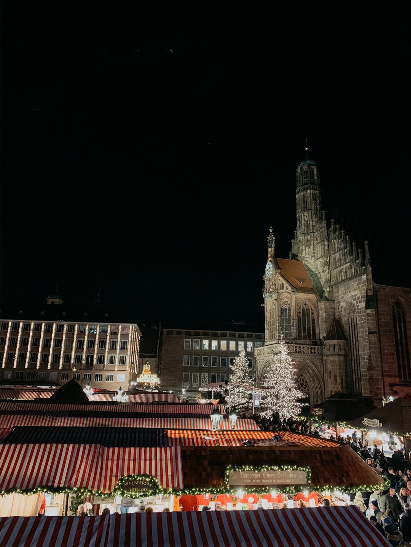 Blick auf die Frauenkirche während des Nürnberger Christkindlesmarkts - Pieces of Mariposa // Fashion & Lifestyle Blog Nürnberg