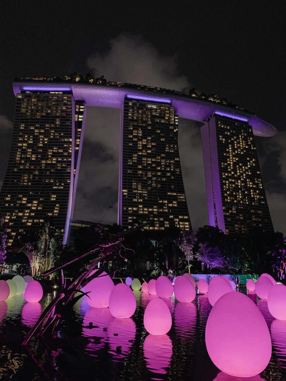 Blick auf das Marina Bay Sands Hotel bei Nacht // Pieces of Mariposa - Lifestyle Blog aus Nürnberg
