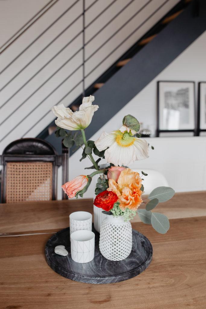 Frühlingshafter Blumenstrauß mit Mohnblumen