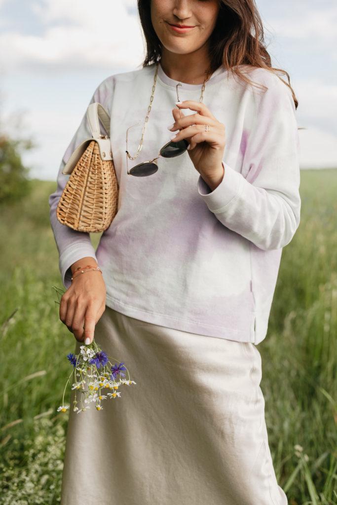 Frühlingslook mit Batik Sweatshirt