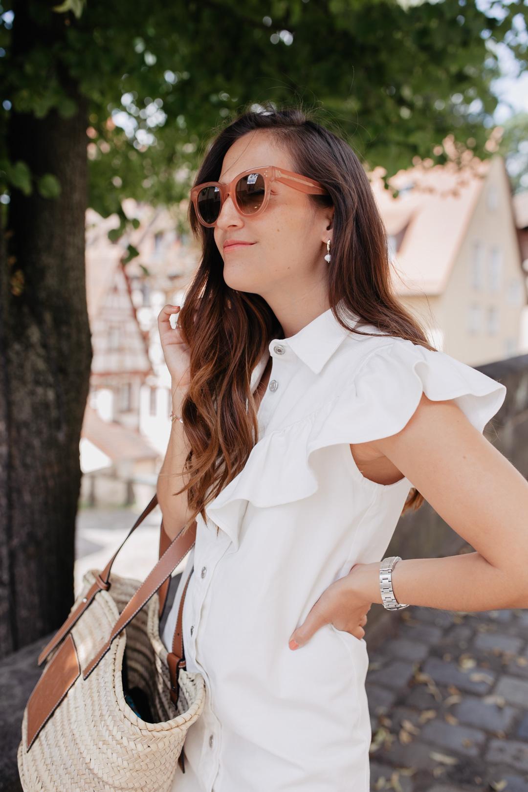 Sommerlook mit weißem Sommerkleid mit Volants von Zara, Sandalen von Emme Parsons und Korbtasche von Loewe - Pieces of Mariposa