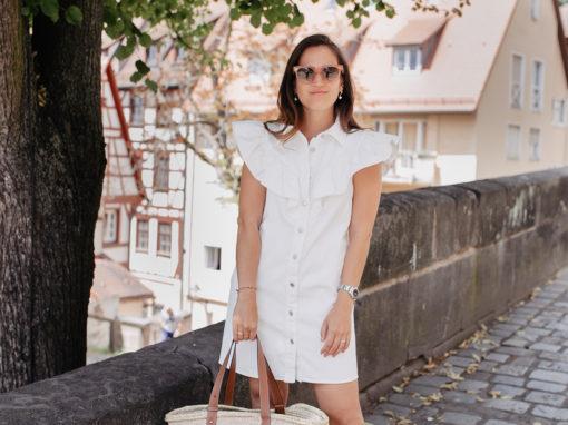 Sommerlook mit weißem Sommerkleid mit Volants von Zara, Sandalen von Emme Parsons und Korbtasche von Loewe