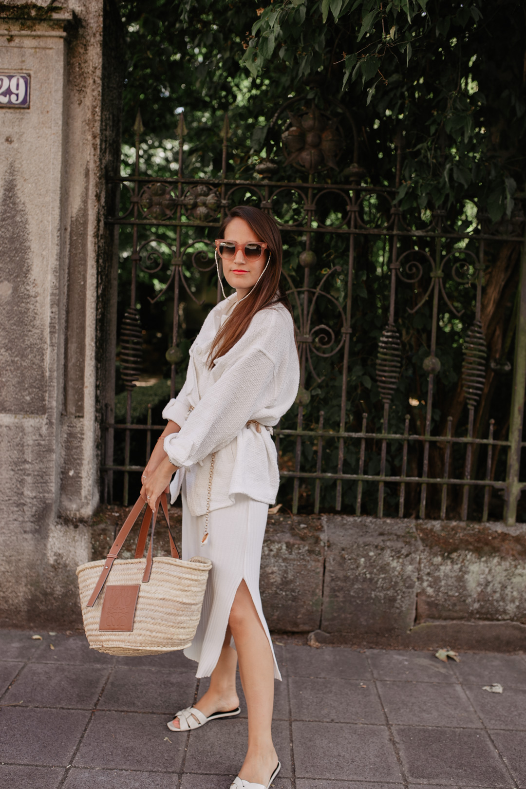 Capsule Wardrobe: Sommerstrickkleid und weiße Hemdjacke – ein entspannter Sommerlook für jeden Tag // Pieces of Mariposa