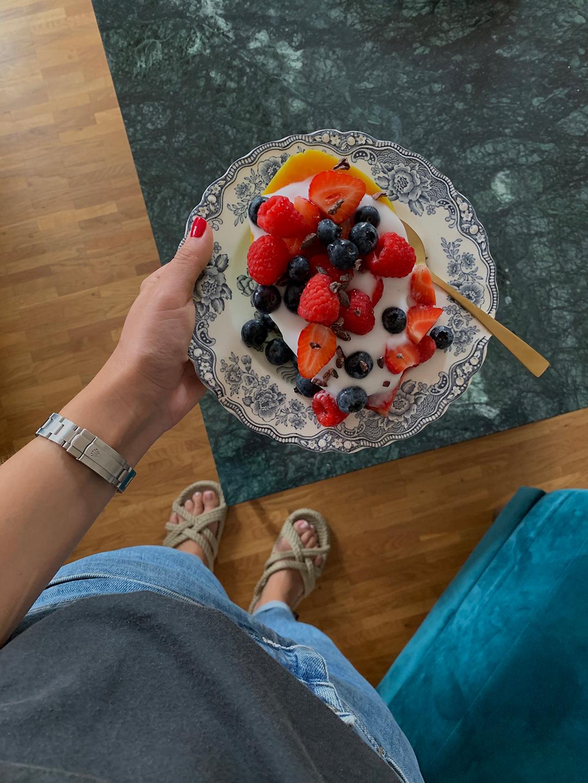 August Vlog | Liebstes Sommerfrühstück: Papaya mit Kokosjoghurt, Beeren und Kakaonibs