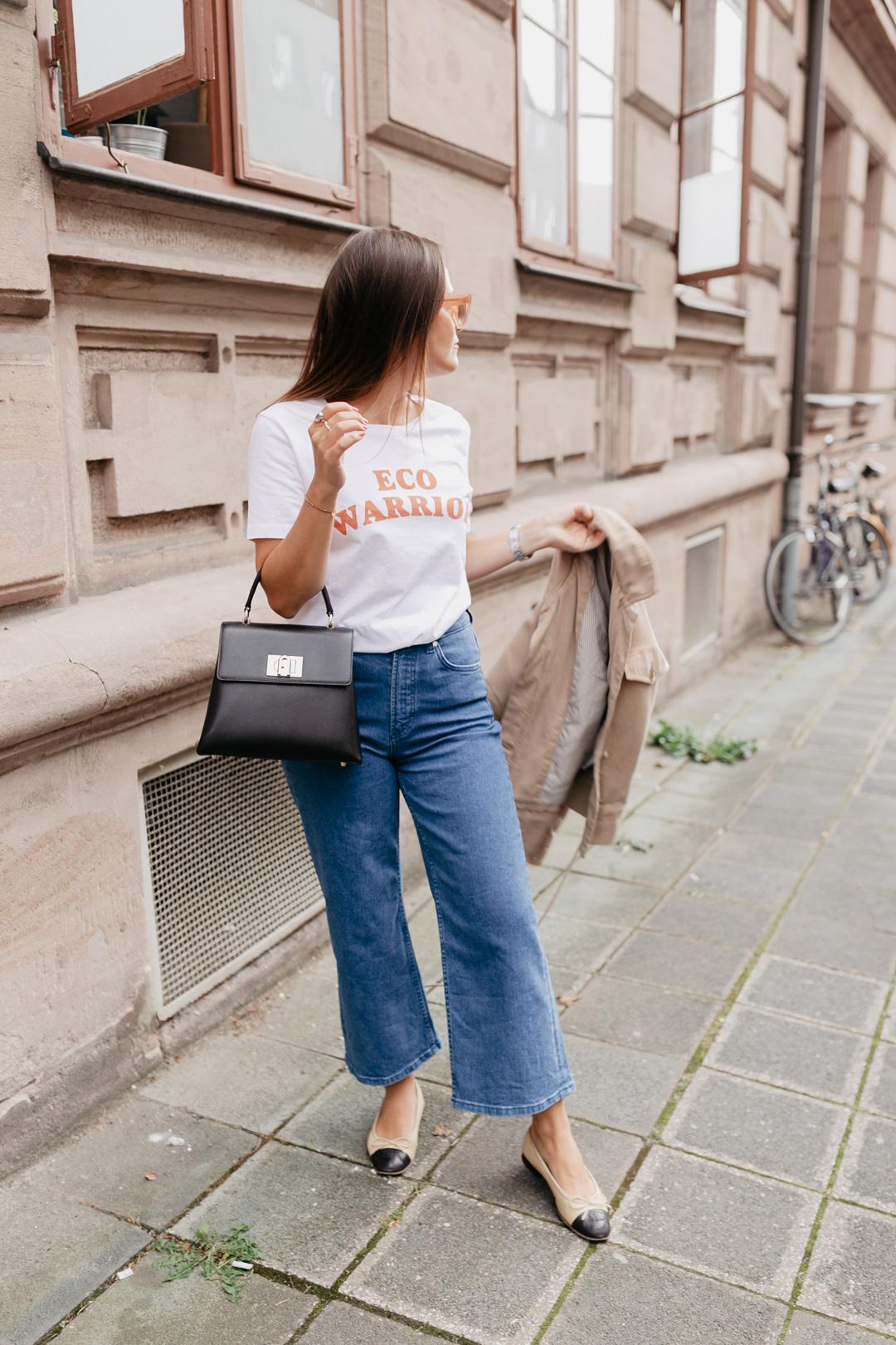 Müsste ich mich outfittechnisch für eine Jahreszeit entscheiden, so wäre es eindeutig der Herbst! Ich liebe die vielen Layering Looks und die raffinierten Kombinationsmöglichkeiten. In diesem Look habe ich noch sommerliche Teile, wie das Shirt und die Ballerinas mit herbstlichen Styles, wie dem Kurzparka und einer Cropped Flare Jeans kombiniert. Auf www.piecesofmariposa.com findet ihr noch mehr Styles für die dritte Jahreszeit!