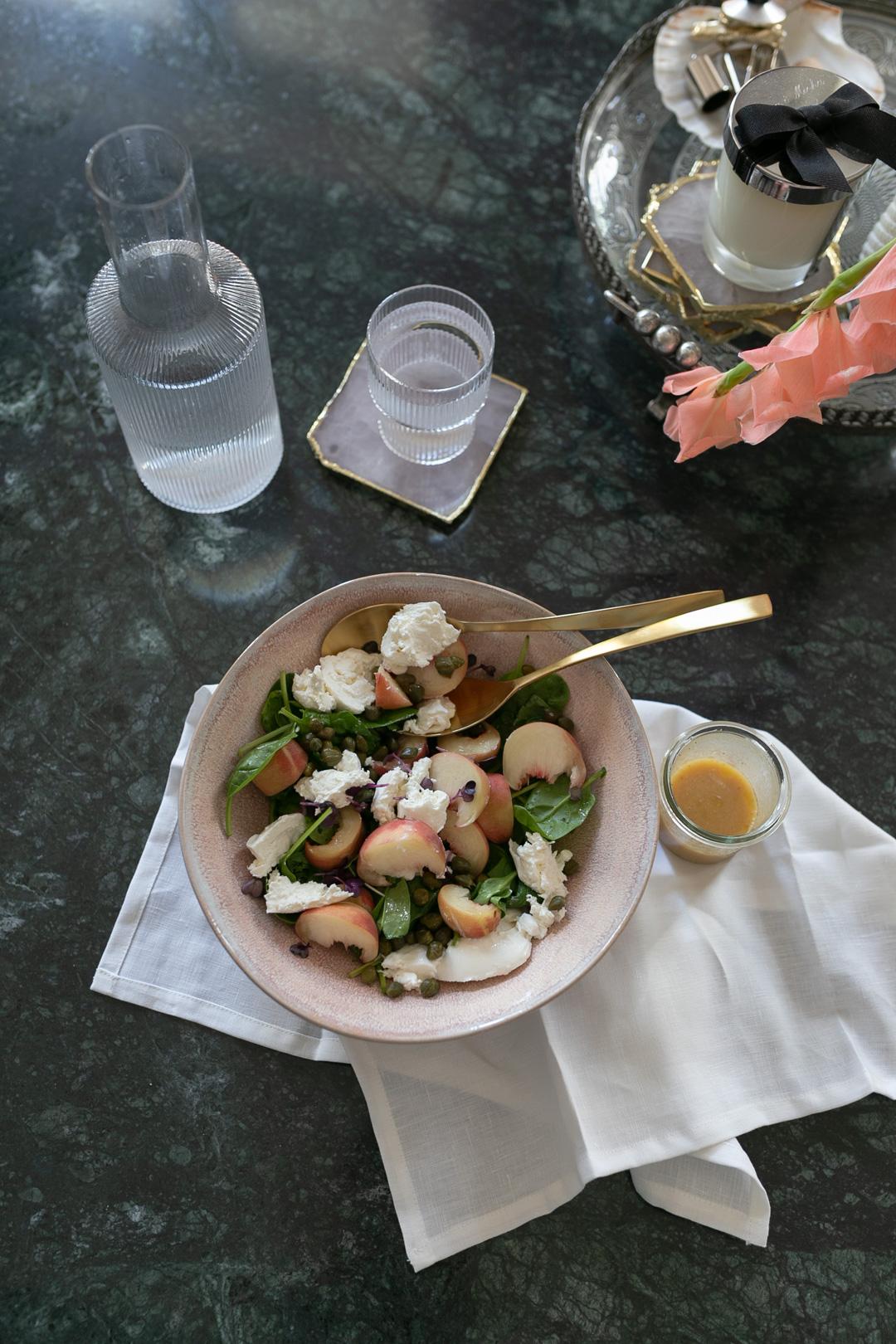 Rezept für einen spätsommerlichen Salat mit Weinbergpfirsichen und Burrata | www.piecesofmariposa.com