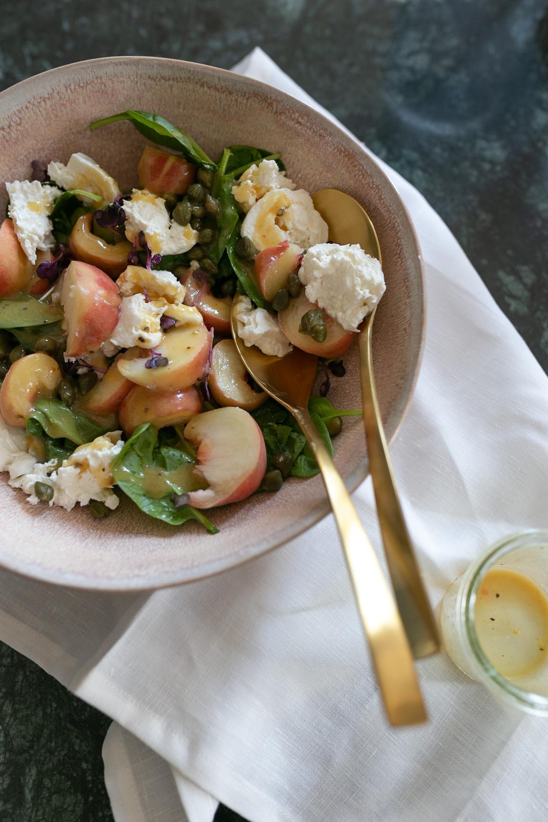 Ihr wollt euch den Sommer nochmal in die Küche holen? Dann ist dieses Rezept für einen spätsommerlichen Salat genau das Richtige für euch! Mehr Rezepte findet ihr auf www.piecesofmariposa.com
