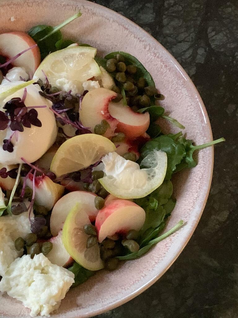 Rezept für einen spätsommerlichen Salat mit Baby Spinat, Weinbergpfirsichen und Burrata