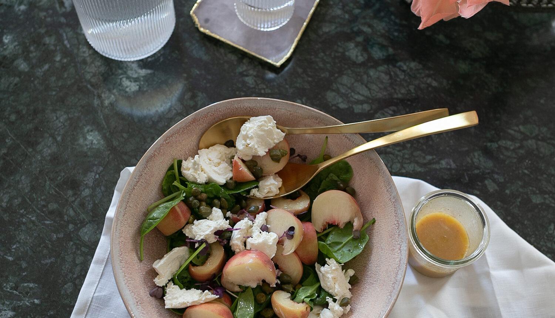 Rezept für einen spätsommerlichen Salat Pfirsichen und Burrata