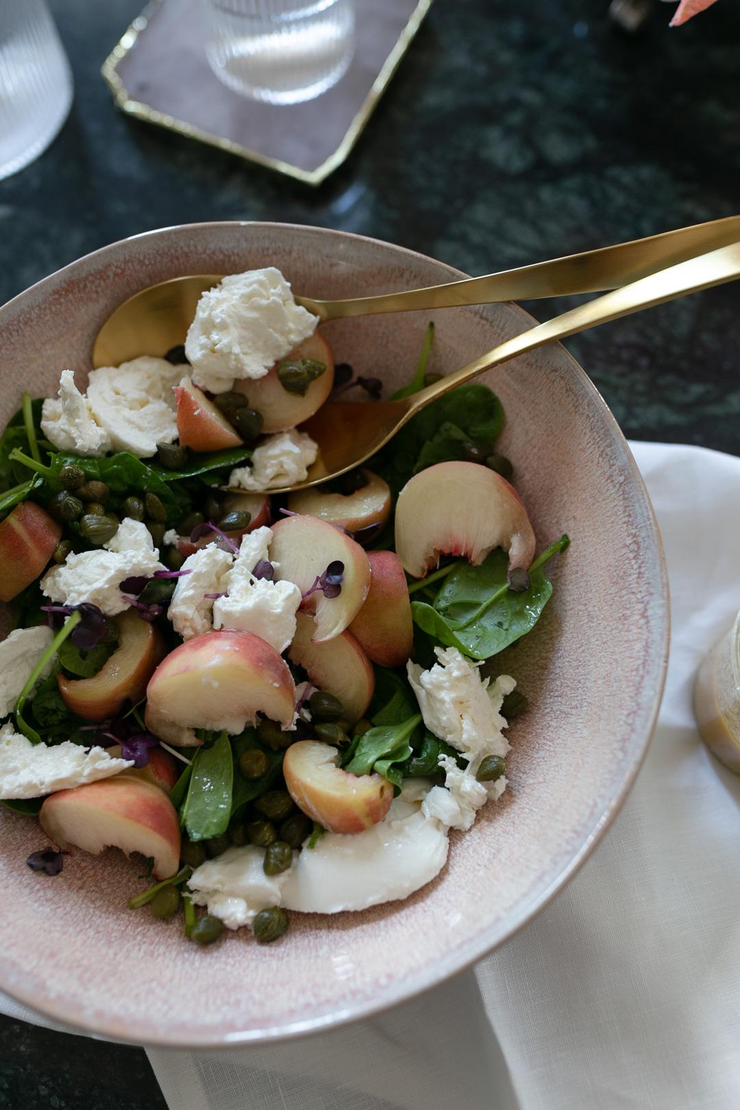 Ihr wollt euch den Sommer nochmal in die Küche holen? Dann ist dieses Rezept für einen spätsommerlichen Spinatsalat mit Weinbergpfirsichen und Burrata genau das Richtige für euch! Mehr Rezepte findet ihr auf www.piecesofmariposa.com