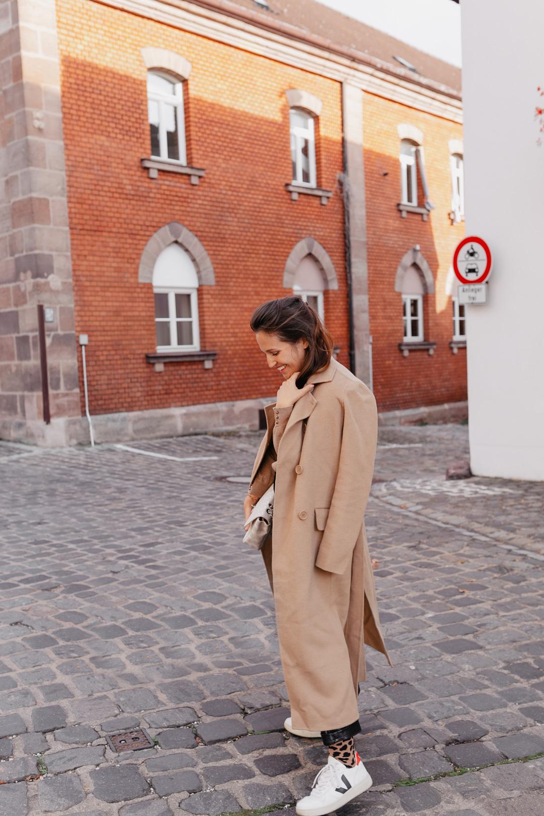 Ein oversized Mantel ist für mich im Herbst und Winter das Must-Have schlechthin. Die langen Mäntel wärmen und machen jeden Look zum Eyecatcher. Mein absoluter Favorit unter den langen Mänteln? Der Camel Coat! Mehr Outfitinspirationen findet ihr auf www.piecesofmariposa.com