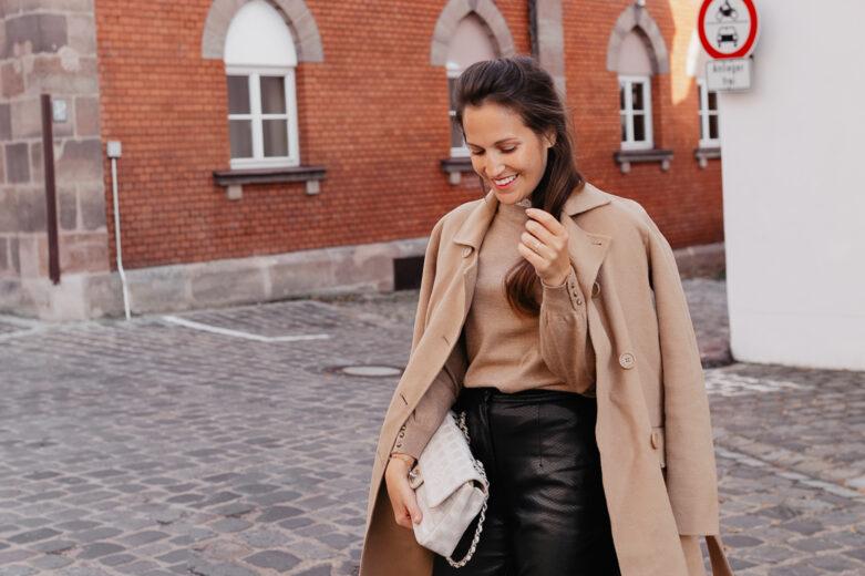 Lange Mäntel sind für mich im Herbst und Winter das Must-Have schlechthin. Sie wärmen und machen jeden Look zum Eyecatcher. Mein absoluter Favorit unter den langen Mäntel? Der Camel Coat! Mehr Outfitinspirationen findet ihr auf www.piecesofmariposa.com