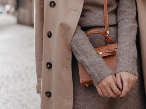 Herbstlook mit Strickkleid und Trenchcoat