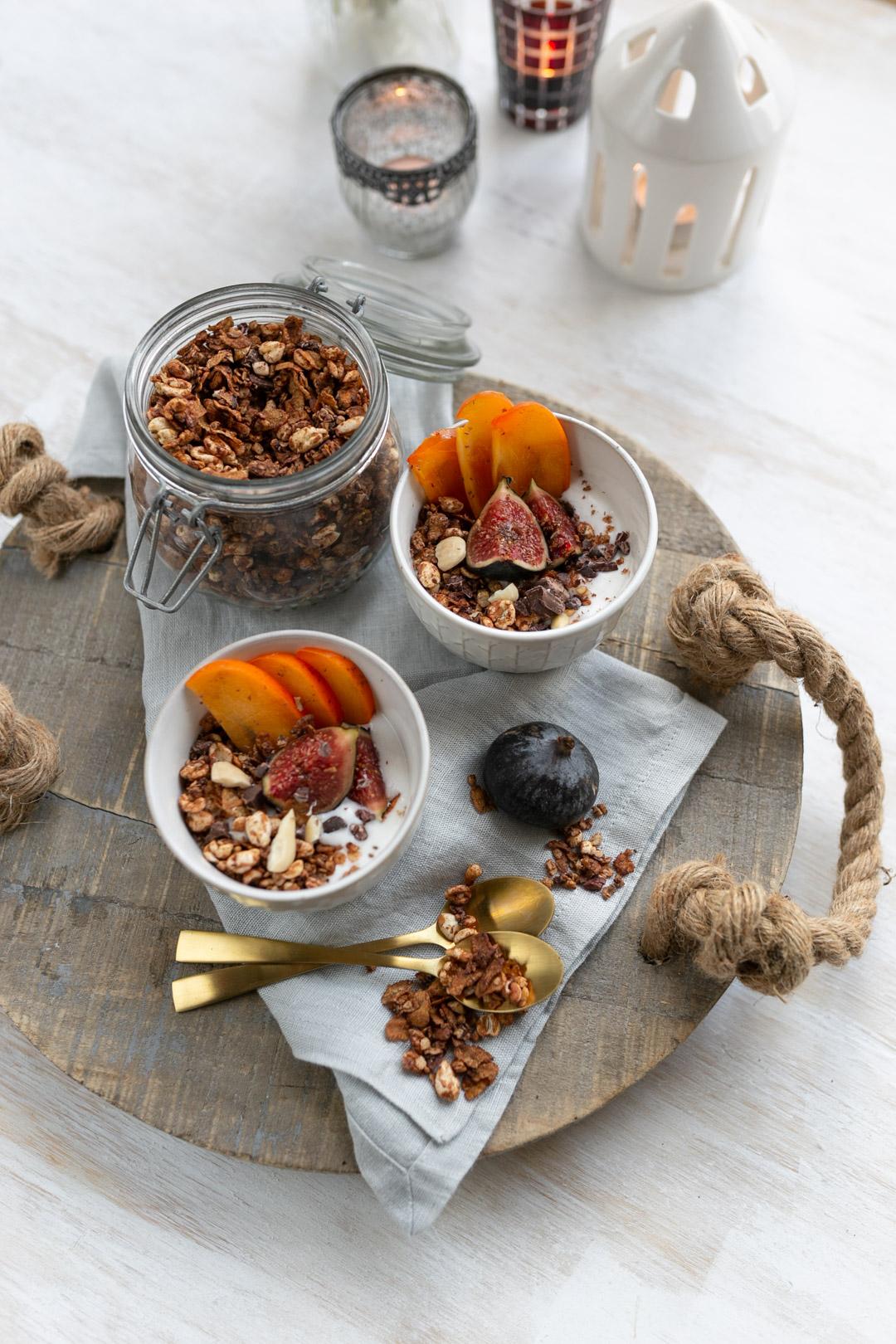 Sobald es außen kühler wird, habe ich total Lust auf ein süßes Frühstück. Dass das auch als gesunde Variante möglich ist, zeige ich euch bei diesem Rezept für ein winterlich schokoladiges Granola auf www.piecesofmariposa.com