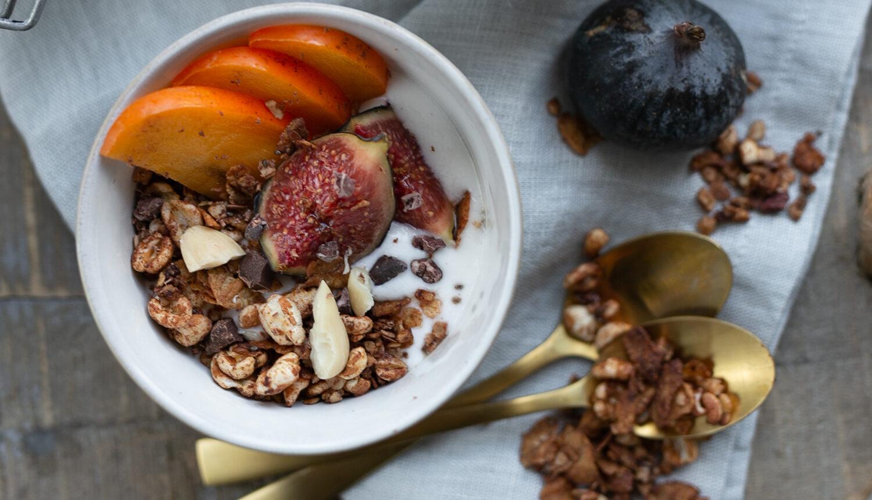 Sobald es außen kühler wird, habe ich total Lust auf ein süßes Frühstück. Dass das auch als gesunde Variante möglich ist, zeige ich euch bei diesem Rezept für ein Schokoladen-Lebkuchen-Granola auf www.piecesofmariposa.com